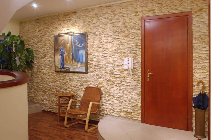 Декоративный камень в прихожей фото