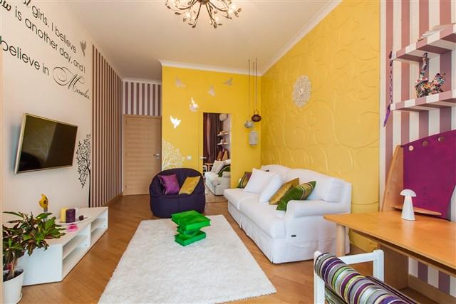 Желтые обои для дизайна вытянутой гостиной