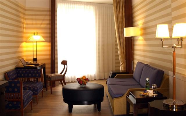 Обои с горизонтальными полосками для гостиной с низкими потолками