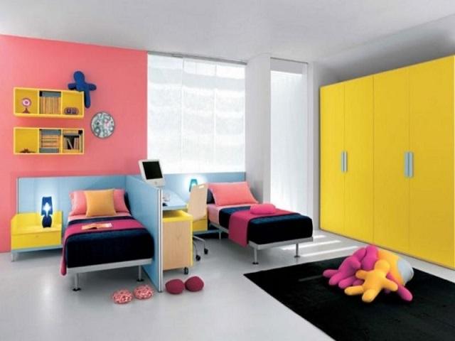 Кровати перпендикулярные относительно стен в детской комнате