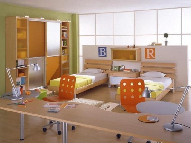 Кровати параллельные стенам в детской комнате