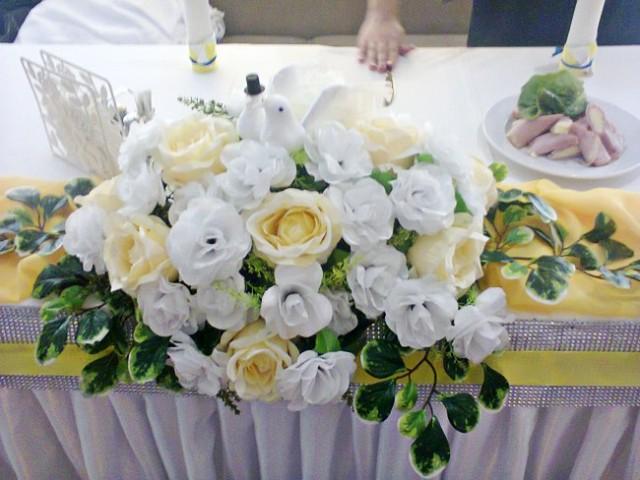 искусственные цветы на столиках в кафе