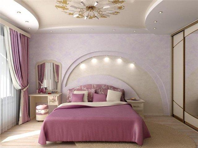 Красивая двуспальная кровать