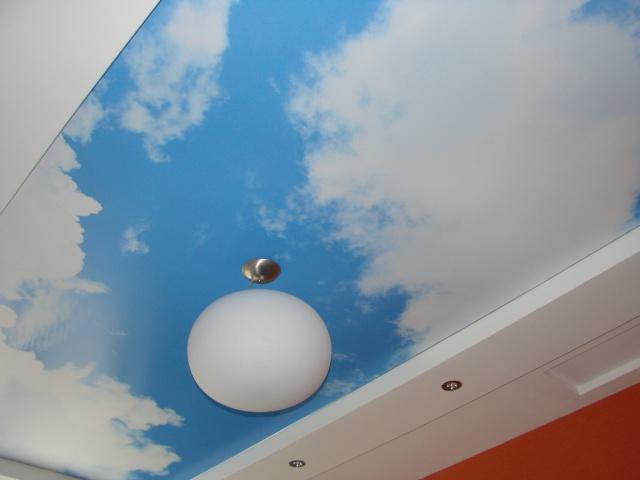 Матовые светильники-полусферы у потолка