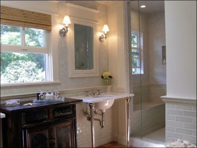 Шкаф со стеклянной дверцей в ванной