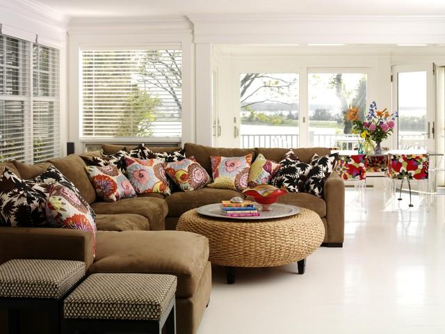 милые диванные подушки в интерьере гостиной