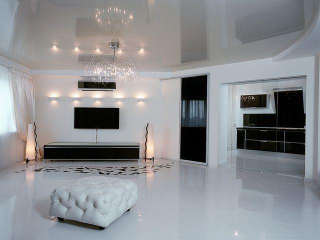 белоснежные обои в интерьере гостиной