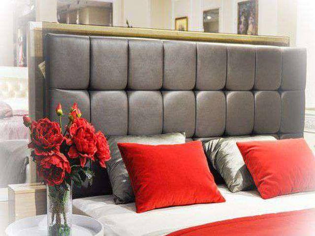 красные силиконовые цветы в интерьере квартиры