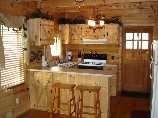 дизайн кухни с деревянными обоями