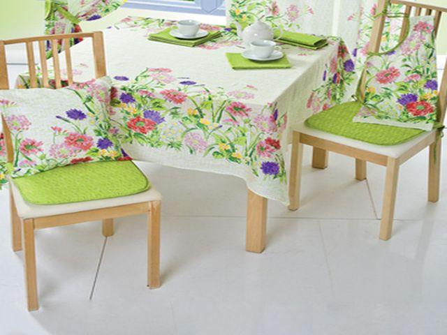 милые подушки на стульях – типичные элементы прованского интерьера