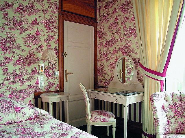 очень маленькая комната в британском стиле