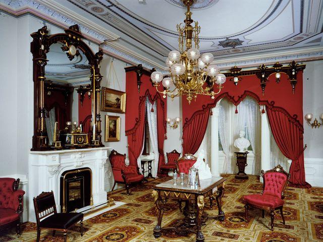 интерьер барокко в бордовых тонах