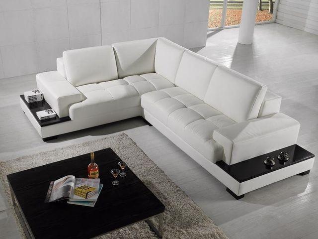 Белый кожаный диван в гостиной в стиле минимализма