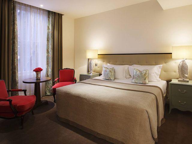 Спальня в бежевых цветах с красными акцентами