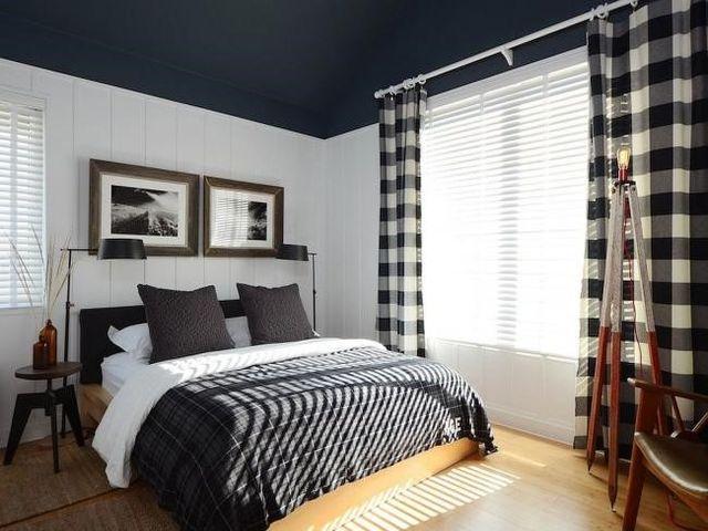 классическая спальня с черно-белыми шторами