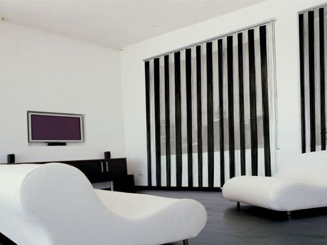 черно-белые жалюзи в гостиной
