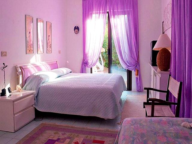 лиловые шторы в светлом помещении