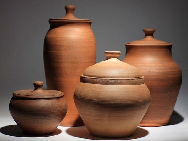 глиняная посуда в качестве декора