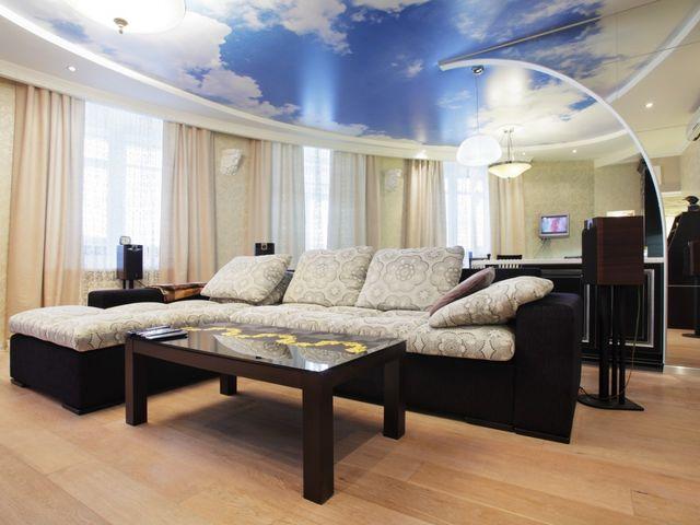 Тканевый натяжной потолок в гостиной в экостиле