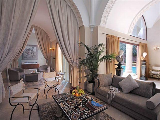 Ковер в византийском интерьере гостиной