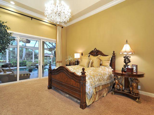 романтичная спальня с обоями цвета айвори