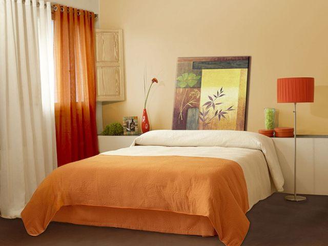 светлые обои и яркие аксессуары в спальне