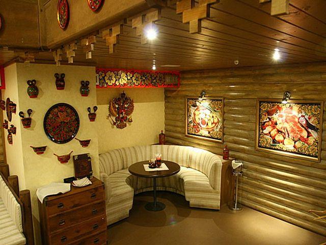 стены гостиной, обшитые натуральной древесиной