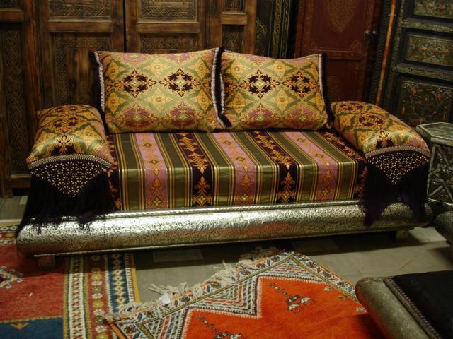 диван, декорированный дорогой тканью
