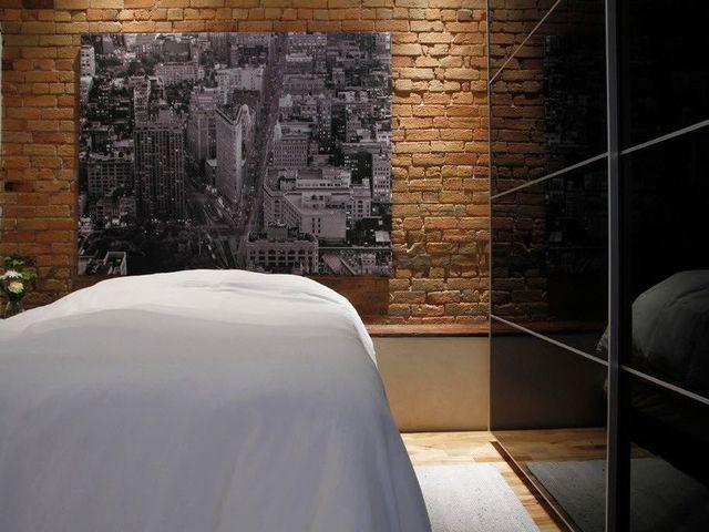 кирпичные стены в индустриальной спальне