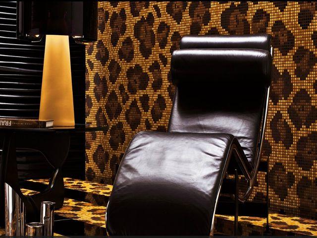 леопардовая кожа на стенах выглядит хищно и стильно