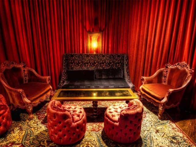 торжественная комната в красных тонах