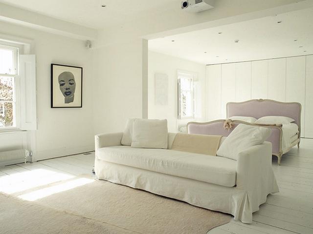 белая мебель в чехлах