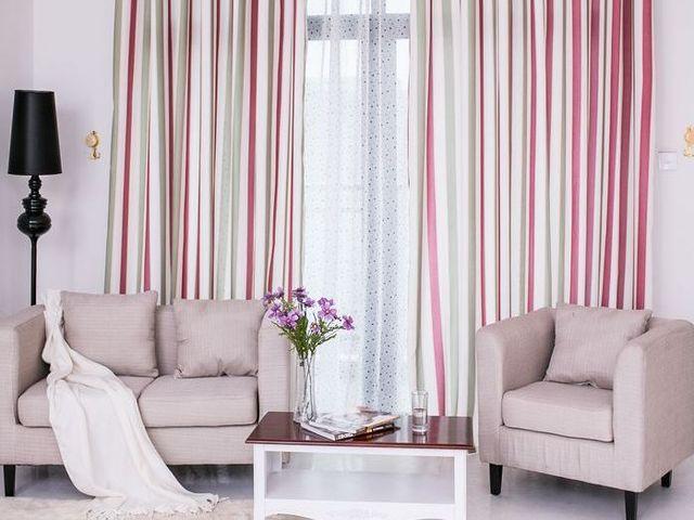 светлые полосатые шторы в спальне