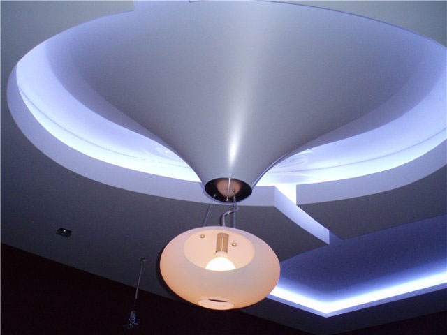 Натяжной потолок в виде ниспадающего конуса