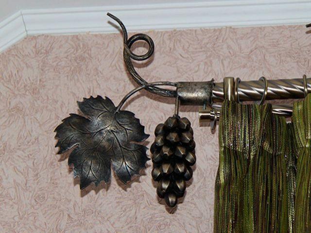 Кованый карниз в форме ветки для штор в стиле модерн