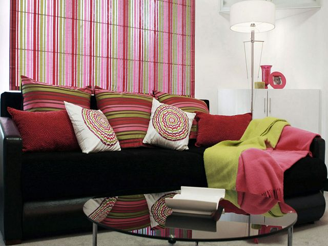 яркие полосатые шторы в стиле поп-арт