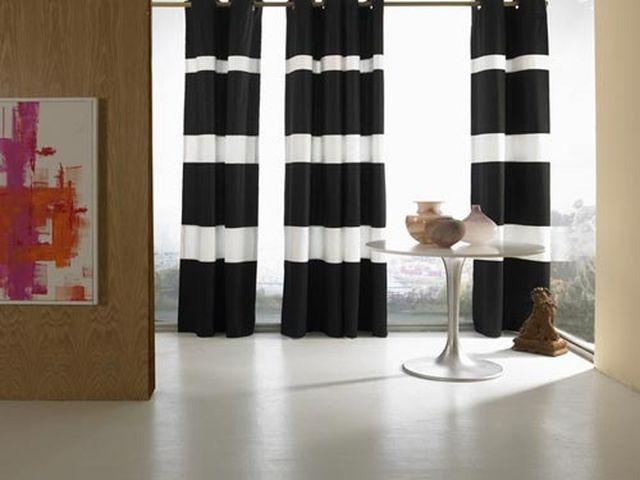 черно-белые полосатые шторы в строгом интерьере