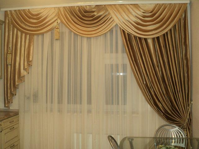 нарядная драпировка на шторах гостиной