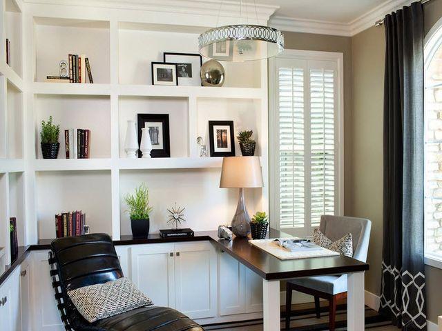 Атласные шторы серого цвета в кабинете