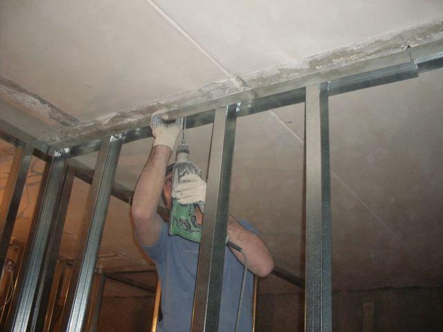 процесс создания дополнительной стены в квартире