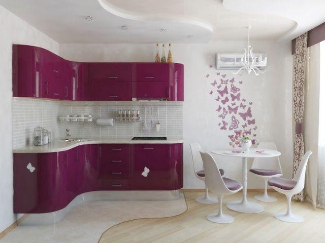 просторная фиолетовая кухня