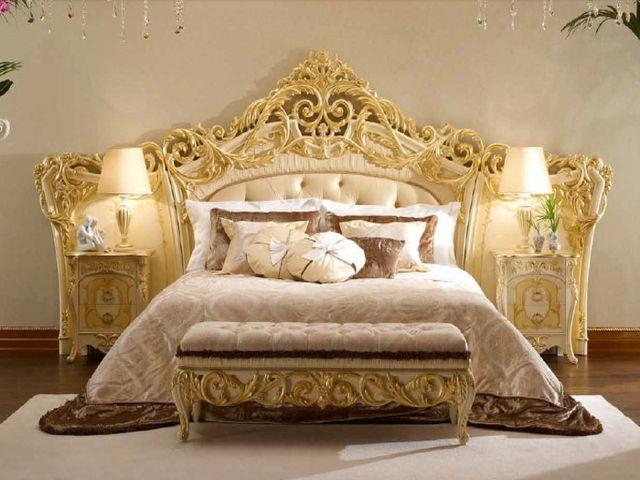 кровать, украшенная резьбой