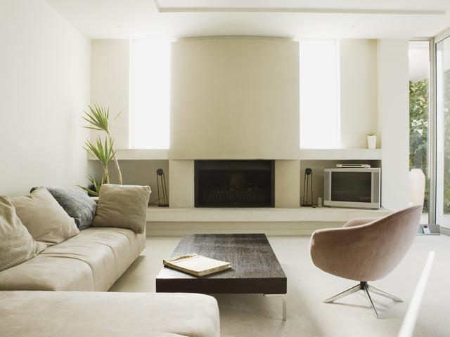 светлая мягкая мебель в интерьере европейской гостиной