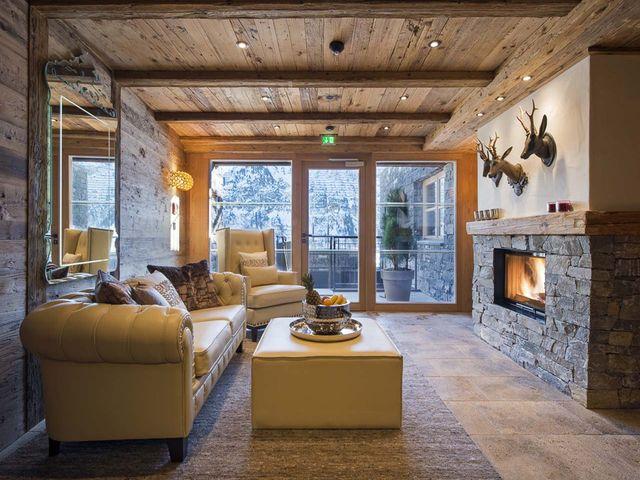кожаный диван в гостиной шале