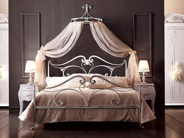 Спальня с кованой кроватью и балдахином на кованом креплении
