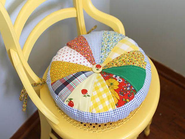 стул с красивой подушкой