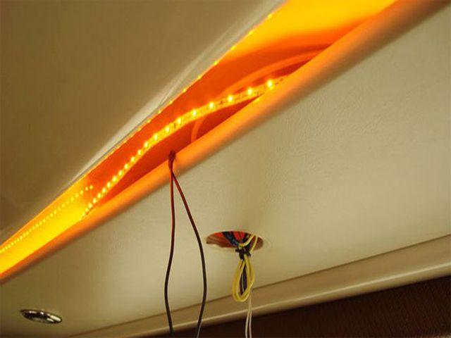 процесс крепления светодиодной ленты на потолок