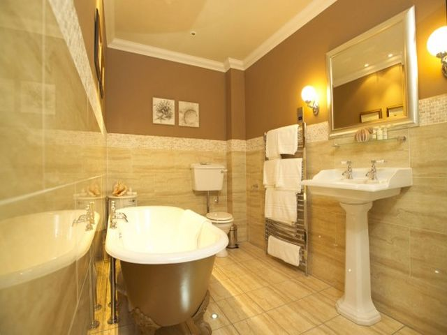 округлая ванная на бронзовых ножках