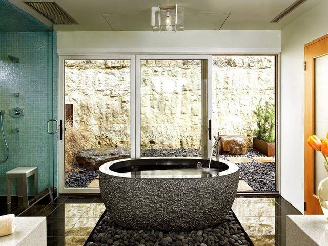 ванна, облицованная галькой