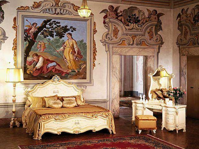 картины в массивных рамах в дворцовом интерьере